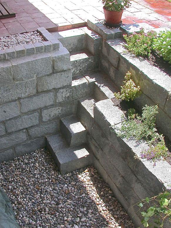 Bild: Granitmauer (Türkei) als Lichthof mit integrierter Treppe und Pflanzbeet