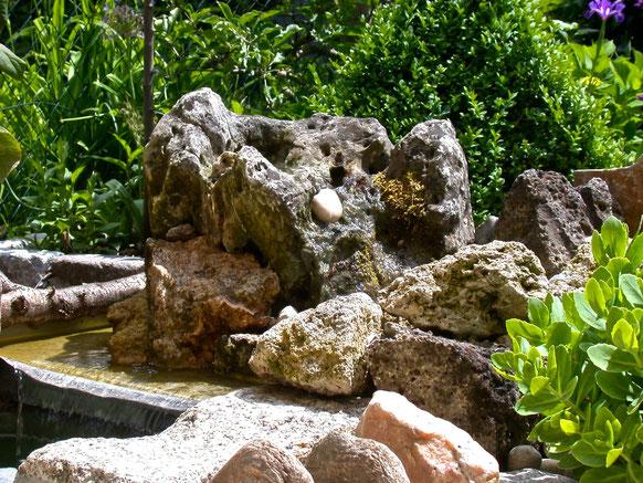 Bild: Quellstein aus Kalkkrustenstein von der Schwäbischen Alb in Edelstahlbecken.