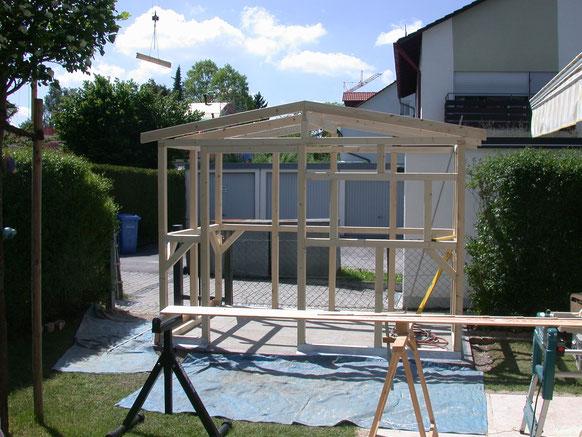 Bild: Gartenhaus mit Giebeldach. Unterkonstruktion Fichte. Die Dachsparren werden mit dem Kran aufgesetzt
