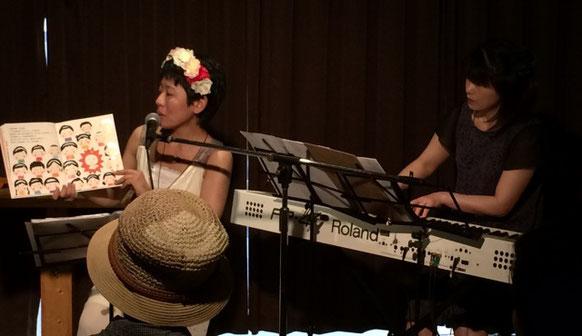 渋谷幡ヶ谷「36°5」で演奏している「ひさすえ さえこ」と「cue」