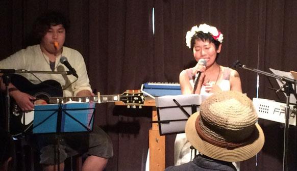 渋谷幡ヶ谷「36°5」で演奏している「ひさすえ さえこ」と「謙吾」