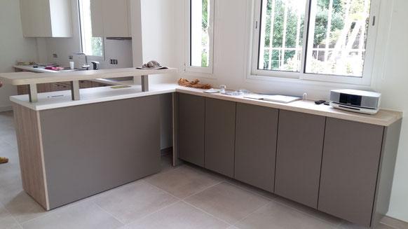 Projet de cuisine à Arcachon par MP intérieurs, Architecte d'intérieur UFDI : vue terminée du coin bar et linéaire de rangement.