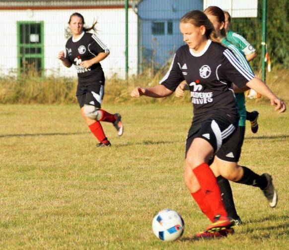 Hielt mit ihrem Tor die FSG gegen Ehringshausen eine Halbzeit in der Erfolgsspur: Nina Schuback (am Ball) mit Sturmpartnerin Sarah Braun (links)