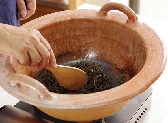熊野の番茶を焙烙で煎る