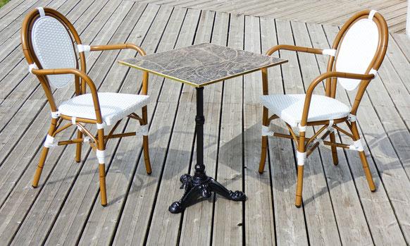 Table de terrasse de bistrot carrée plateau marbre noir cerclage doré avec chaises de bistrot