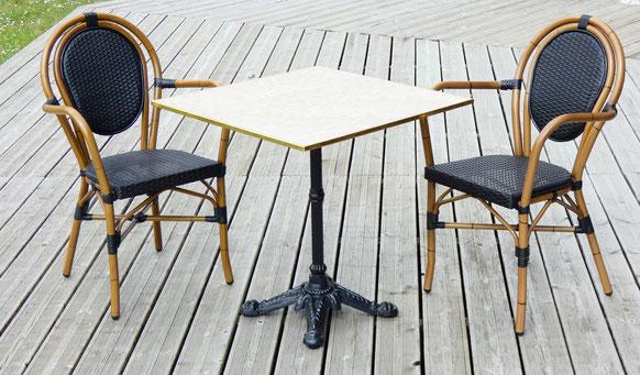 Table de terrasse de café carrée plateau marbre avec chaises de bistrot