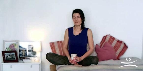 Yoga für Nachteulen: 5 Übungen für die Bettkante. Embody Yoga & Tarot.
