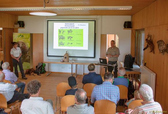 Nationalpark-Direktor Dr. Thomas Waldenspuhl (r.) und NP-Rangerin Heidrun Zeus (l.)