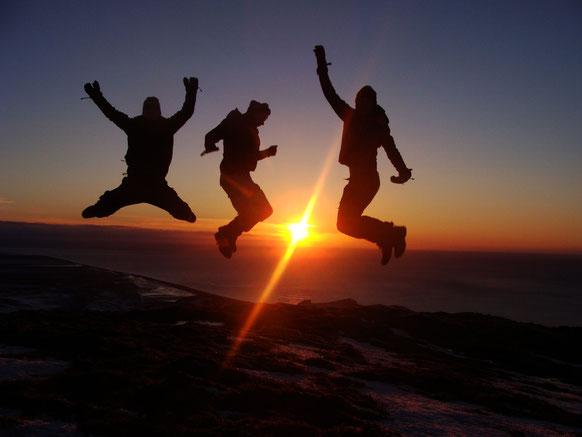 I, Mikis and Yannis on top of Mt. Hatta in the morning. // Am morgen auf dem Berg Hatta mit mir, Mikis und Yannis.