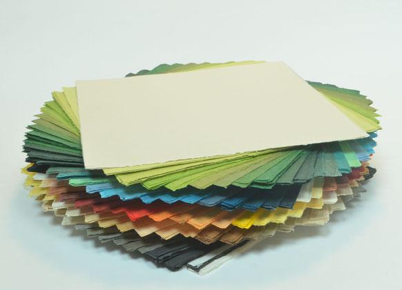 Handgeschöpftes Faltpapier aus Abaka in vielen verschiedenen Farben, hergestellt von John Gerard