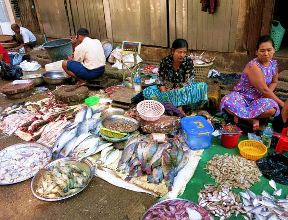 Einer der zahlreichen Straßenmärkte in Yangon