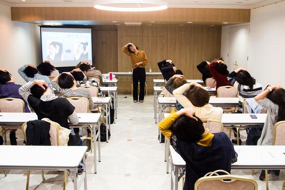 04-44 90分でスッキリ!「顔ヨガ」教室の様子