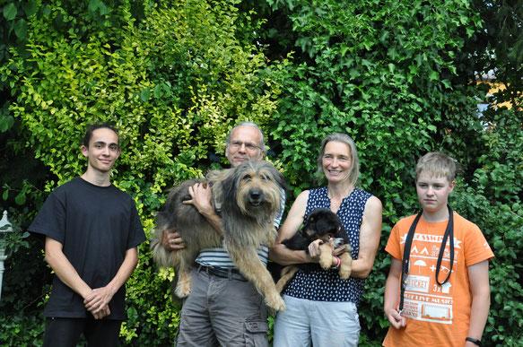 Umaya mit ihrer neuen Familie: Susanne, Andreas, David, Leon und Hund Ella