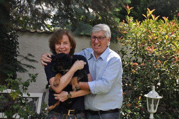 Umba mit ihrer neuen Familie: Elke und Jochen