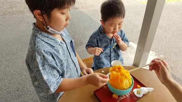 かき氷を食べる子供の写真