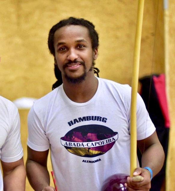 Portrait von Fumaça, Capoeira-Trainer der Schule Abadá Capoeira Hamburg. (Capoeirista mit Berimbau.)