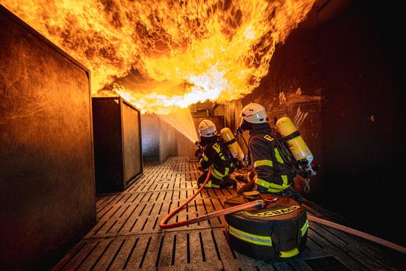 Angriffstrupp mit der Tacbag bei der Innenbrandbekämpfung