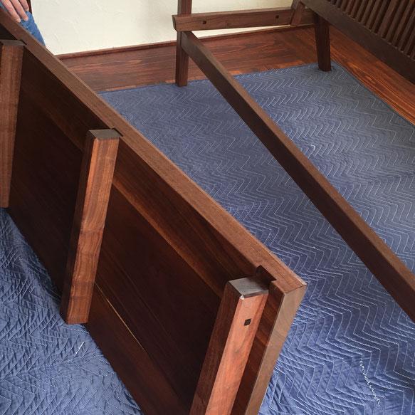 裏桟とフレームの穴と込み栓それぞれを効かせることで板座がフレームのねじれを抑えてくれます。ベンチ自体の強度を左右する部分ですので精度が要求されます