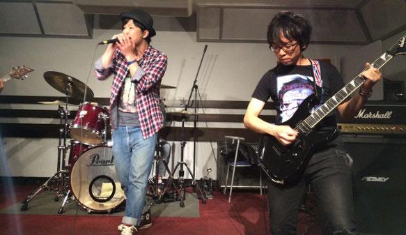 Sea Below Meの岩上さん(ギタリスト)と岡さん(ボーカル)が演奏している場面