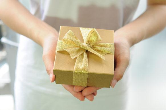 Geschenk in den Händen einer Frau