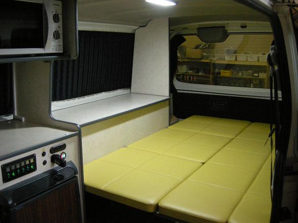 片面キャビネットタイプのNV350キャラバン車中泊仕様です