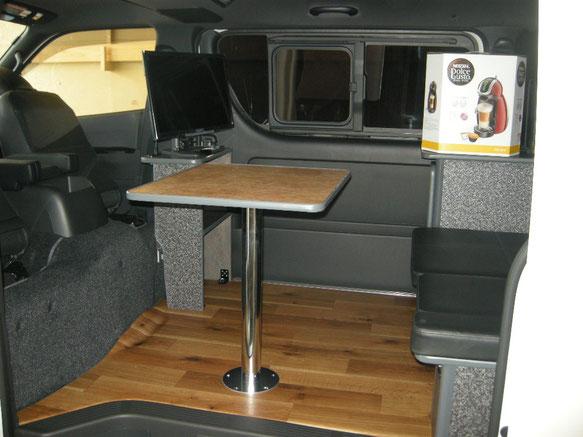 ハイエースにライトキャンパープレミアムを設置し、車中泊やキャンプ、レジャーを楽しむ車が完成しました。