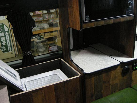 ▲右面装備の一番前は冷蔵庫。なんと、ボックスごと着脱可能で2列目シートも使えます!