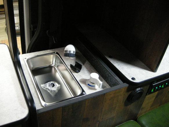 ▲冷蔵庫の後ろ、電子レンジの下がシンクになっています。水栓は延長シャワーで外まで伸ばせます
