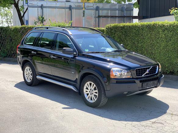 Schwarzer Volvo SUV geparkt
