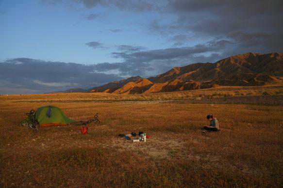Camping sur les rives du lac Orto Tokoi