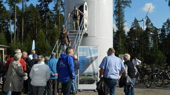 """Einmal in das Innere eines Windrads blicken: Das wollten sich viele Besucher des """"Tags der offenen Tür"""" am """"Windpark Wartenberg"""" nicht entgehen lassen"""