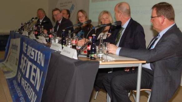 Auf dem Podium (von rechts): Ulrich Hansel von Hessen Mobil, Ministerialdirigent Gerhard Rühmkorf, LA-Redaktionsleiterin Claudia Kempf, LA-Redakteurin Annika Rausch, Erster Kreisbeigeordneter Dr. Jens Mischak, Dr. Wolfgang Dennhöfer, der Vertreter für NAB
