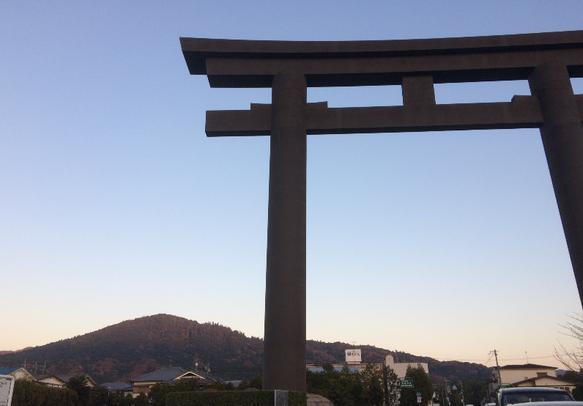 大神神社・一の鳥居と三輪山(筆者撮影)