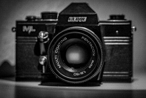Nahaufnahme einer alten Kamera mit Bokeh und in Schwatz Weiß von Thomas Barton.