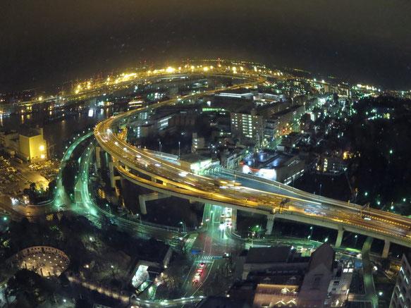 横浜マリンタワーからの景色。地上からのそれとは全く違うけれど、同じモノ。見方が変わる、広がる、という発見、は何においても面白く、また次の発見、幸せにつながって…