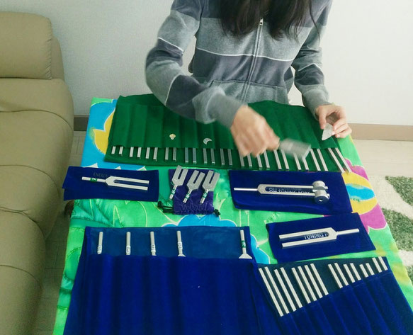日本音叉ヒーリング研究会onsalaboが音叉で音叉をヒーリング浄化する様子