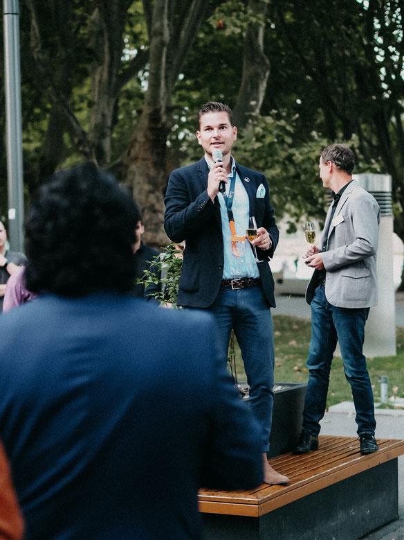 Konrad und die Winzergemeinschaft begrüßen die Weintester
