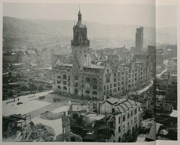 Ратуша в 1944 году. Купол не пострадал при бомбардировке (credits: circulus.de)