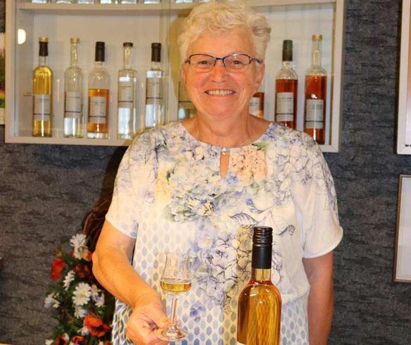 Erika Kölle bei der Weinverkostung