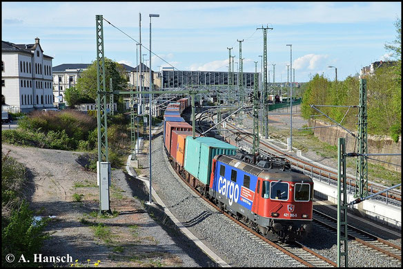 421 395-5 bringt am 4. Mai 2015 einen Containerzug aus Richtung Riesa gen Glauchau. Gerade durchfährt der Zug Chemnitz Hbf.