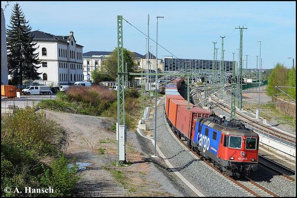 Am 29. April 2015 wird der Containerzug gen Glauchau über Chemnitz Hbf. umgeleitet. 421 377-3 zieht die bunte Leine