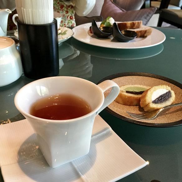 わたしがいちばん頼むメニューが、こちら♪ ルイボスほうじ茶&どら焼きの「和菓子セット」。切り口が美しいのと、おいしいのと、ぽんぽんと口に運べるので、話す妨げにならないところがお気に入り♪