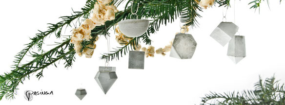 Mix the classic popcorn garland with modern geometric concrete ornaments by PASiNGA