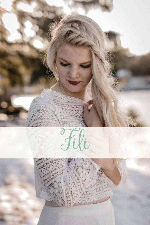 Zweiteiler: Spitzentop ~ Fili ~ und Brautrock ~ Elea ~ Die neue elementar Brautkollektion NO FAIRY TALE besticht durch natürliche Lässigkeit und nachhaltige Materialien.
