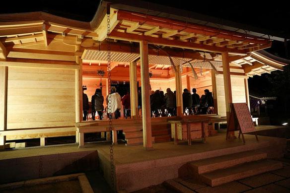 備前国総社宮の晦日大祓祭で拝殿に集まる氏子たち