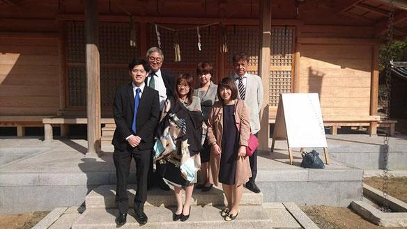 総社宮拝殿の前で記念撮影をする初宮のお参りに訪れたはるとくんご家族
