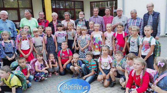 Das obligatorische gemeinsame Bild von Kindern, Lehrerinnen und uns Bobbie's.