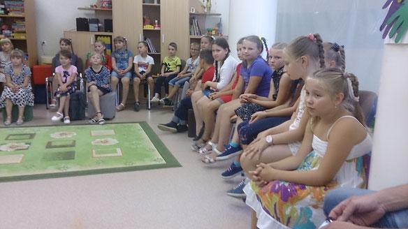Die Kinder hatten sehr viele Fragen an uns. Zum Beispiel: ob wir auch gut in der Schule waren?