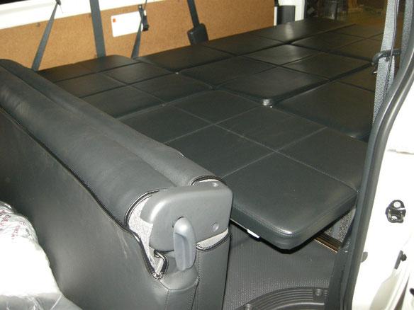 ハイエース・9人乗りにライトキャンパーベッドを装着しました。