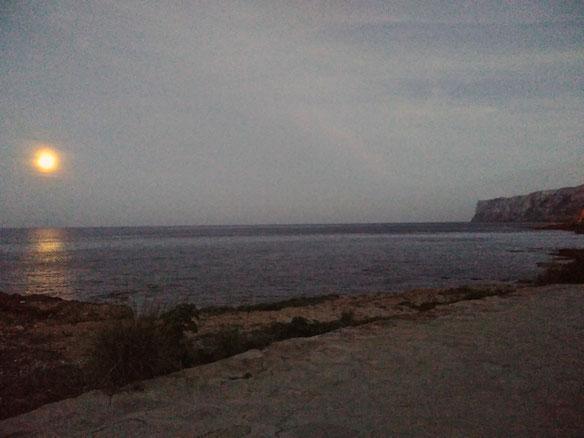 """El """"Cap de Sant Antoni"""" desde les Rotes estos días iluminado por la luna llena"""
